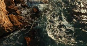 Große Steine haften aus dem Wasser heraus Steinküste, die das Mittelmeer wäscht stock video