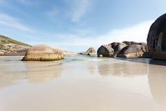 Große Steine im Strand von Westaustralien Stockfotografie