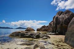 Große Steine und weißer Sand, Seychellen Lizenzfreie Stockfotografie