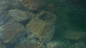 Große Steine unter Wasser 4k stock video