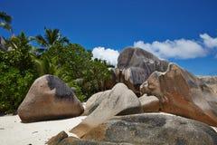 Große Steine, weißer Sand, Palme, Seychellen Stockbilder