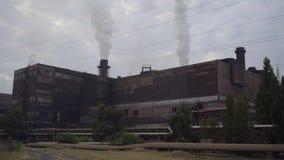 Große Stovepipes rauchen auf dem Bergbau und der Verarbeitungsanlage stock video footage