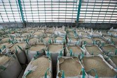 Große Tasche, die Reis enthält Stockfotos