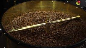 Große Technik reibt Kaffee stock video footage