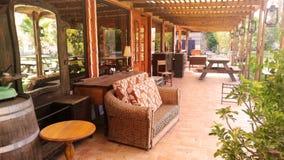 Große Terrasse mit antikem Holzmöbel Lizenzfreie Stockfotos