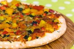 Große Texas-Pizza mit Salami, Schinken, Pilz Lizenzfreies Stockfoto