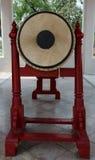 Große Trommel in einem buddhistischen Tempel benutzt für das Sagen der Mittagsmahlzeit Stockfotografie