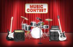 Große Trommel und Mikrofon der Gitarre versehen auf Showstadium mit einem Band Lizenzfreies Stockfoto