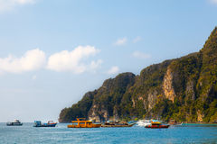 Große Tropeninsel mit Grünpflanzen und Booten auf blauem tropischem Stockfoto