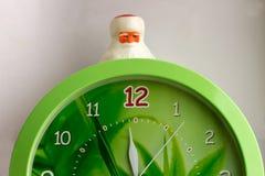 Große Uhr und Spielzeug Santa Claus lizenzfreies stockbild