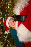 Große Umarmung für Weihnachtsmann Stockfotografie