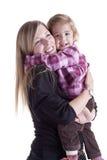 Große Umarmung: Mutter und kleines Mädchen lizenzfreies stockbild
