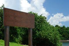 Große unbelegte hölzerne Anschlagtafel in der Landschaft Lizenzfreie Stockbilder