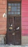 Große und alte Holztüren verziert mit Gitter und Querbalken Lizenzfreie Stockfotos