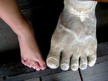Große und kleine Füße Stockfotografie