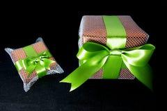 Große und kleine Geschenke Stockfotos