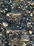 Große und kleine Kiessteine im Boden - Hintergrund und Beschaffenheit stockbild