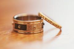 Große und kleine Ringe Stockbild