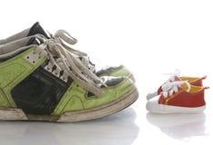 Große und kleine Schuhe Stockfotos