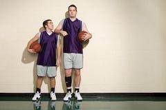 Große und kurze Basketball-Spieler stockbilder
