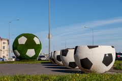 Große Vasen in Form eines Balls für Fußball Riesiger grüner Fußball ist die Dekoration der Stadt für den FIFA-Weltcup 2018 stockfotos