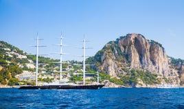 Große Vergnügenssegeljacht geht nahe Capri lizenzfreies stockbild