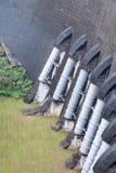 Große Wasserleitung von der Staumauer lizenzfreie stockfotos