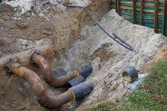 Große Wasserleitungen im Boden während der KlempnerarbeitBaustelle Lizenzfreies Stockfoto