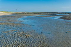 Große Wasserpfütze, die weg den Ozean aufspaltete Stockbilder