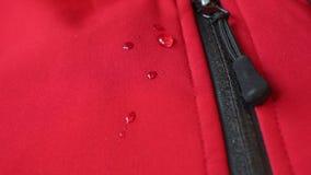 Große Wassertropfen auf wasserdichter Kleidung Reißverschlusstaschenbefestiger stock video