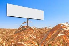 Große weiße Anschlagtafel geben vom Text auf der Säule in einem Getreidefeld frei Lizenzfreie Stockbilder
