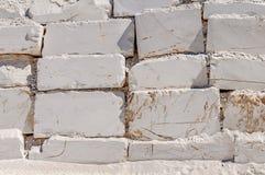 Große weiße Blöcke des rohen Marmors in einem Steinbruch in Griechenland Stockfotos