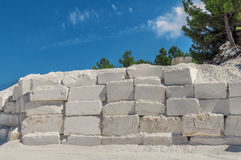 Große weiße Blöcke des rohen Marmors in einem Steinbruch in Griechenland Stockfotografie