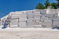 Große weiße Blöcke des rohen Marmors in einem Steinbruch in Griechenland Stockbilder
