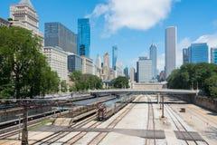 Große weiße Brücke in einem Stadtzentrum von Chicago stockbilder