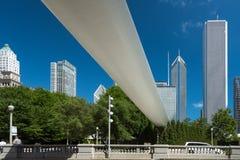 Große weiße Brücke in einem Stadtzentrum von Chicago stockbild