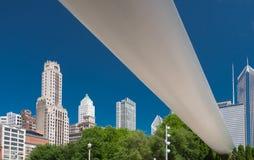 Große weiße Brücke in einem Stadtzentrum von Chicago lizenzfreies stockbild