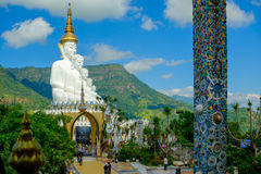 Große weiße Buddha-Statue mit Gebirgs- und des blauen Himmelshintergrund lizenzfreies stockfoto