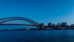 Große weiße flaumige Wolken, die in 4k Zeitspanne über moderner Architektur der riesigen Wolkenkratzer von Sydney Australia-Stadt stock footage