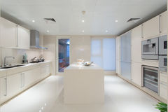 Große weiße Küche lizenzfreie stockfotos