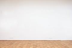 Große weiße Wand mit Bretterboden Stockbild