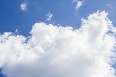 Große weiße Wolke gegen den blauen Himmel Lizenzfreie Stockfotografie