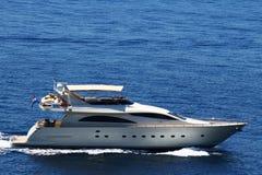 Große weiße Yacht, die auf Meer reist Stockfoto