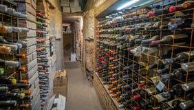 Große Weinsammlung im Keller stockfoto