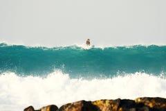 Große Welle auf dem Hintergrund von Steinen Lizenzfreie Stockfotos