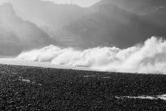 Große Welle bricht auf dem Steinstrand von Camogli Lizenzfreie Stockfotos