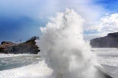 Große Welle, die auf Wellenbrecher bricht Lizenzfreie Stockbilder