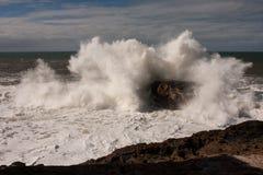 Große Welle, die einen Felsen schlägt Lizenzfreie Stockfotos
