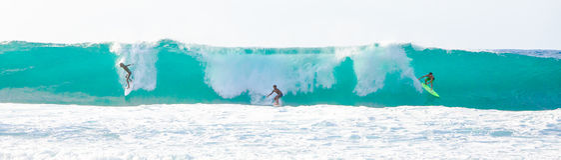 Große Welle, die in Hawaii surft Lizenzfreies Stockbild