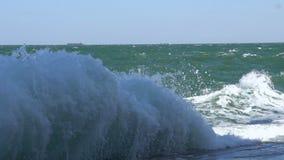 Große Welle, die am konkreten Seeseitedamm zerquetscht stock footage